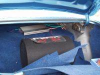 subwoofer a zesilovač v kufru