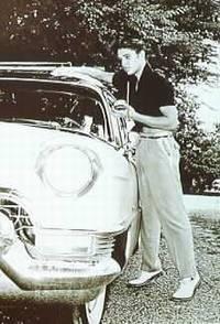 Elvis vedle auta