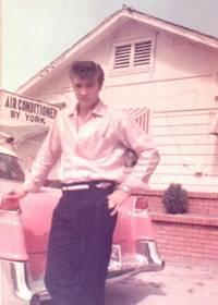 Elvis vedle Cadillacu